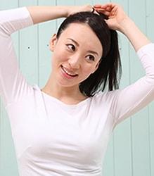 牽引性脱毛症の原因になりえるポニーテールにしている女性