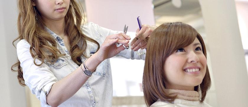 髪のボリュームアップのためにショートカットにしている女性