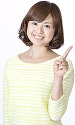 健康な頭皮を確認する方法を教える女性