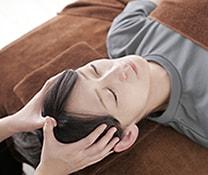 育毛のために頭皮マッサージをする女性