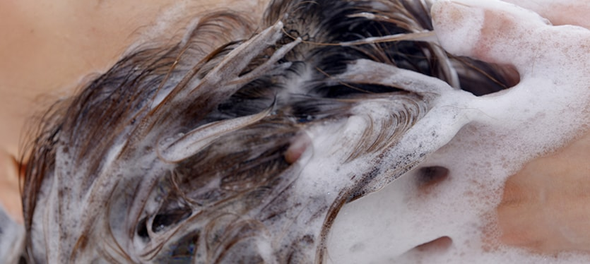 女性育毛シャンプーを使う女性